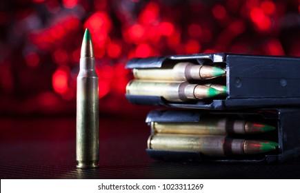 Tijdschriften en munitie voor een AR-15 met een rode achtergrond