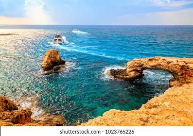 愛の橋または愛の橋はキプロスのアギアナパで最も美しい観光スポットの1つにあります。