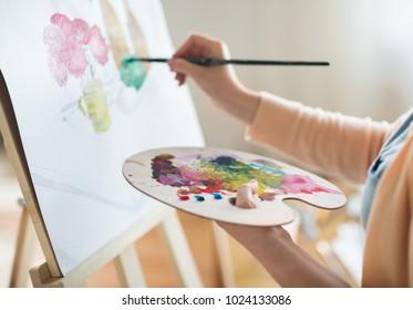 アート、創造性、人々のコンセプト-スタジオで紙に静物をパレットとブラシで描いたアーティストのクローズアップ