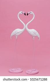 美しい白いフラミンゴモデルまたはピンクの背景に分離された白いフラミンゴ鳥の彫刻(愛の概念)