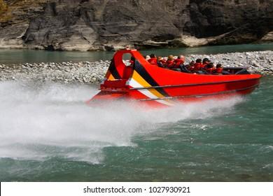 arthurs point, queenstown, jet boating at dart river in nieuw-zeeland