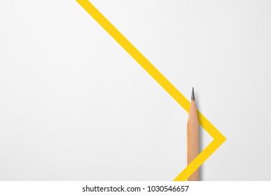 Minimalistische sjabloon met kopie ruimte door bovenaanzicht close-up foto van houten potlood geïsoleerd op wit papier en combinatie met gele grafische lijnvorm. Flitslicht maakte een vloeiende schaduw van potlood.