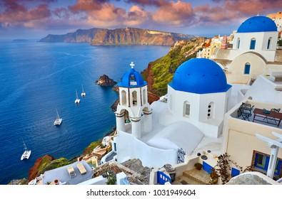 ギリシャ、サントリーニ島のフィラの町。サントリーニ島の信じられないほどロマンチックな日の出。朝の光の中のイア村。白い家と素晴らしい夕日の眺め。恋人の島