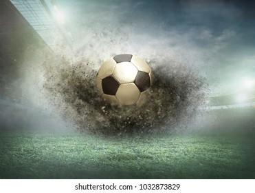 ダイナミックな水しぶきのサッカー場のサッカーボールは、雲の空の下で夏の日にアクションをドロップします。