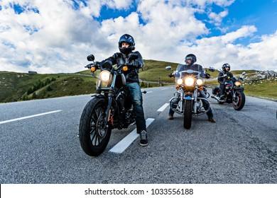 Los conductores de motocicletas que viajan en la autopista alpina, Nockalmstrasse, Austria, Europa central.