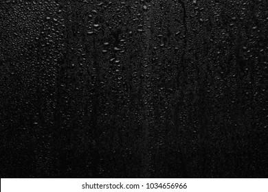 シリーズの一部。暗いガラス、異なるサイズの雨滴の背景写真:小中規模および大規模な水平方向のビュー