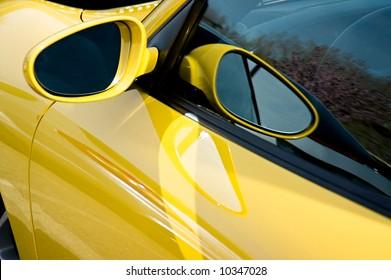 Nahaufnahme des Seitenspiegels auf einem Porsche GT3