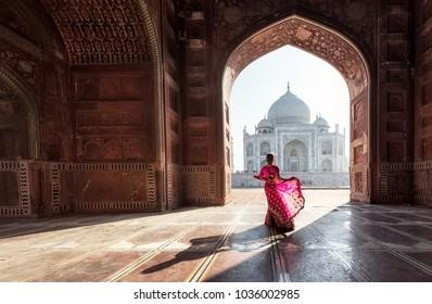 Mujer en sari rojo / sari en el Taj Mahal, Agra, Uttar Pradesh, India