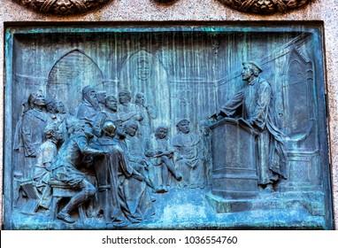 ジョルダーノブルーノスピーキングスタチューカンポデフィオリローマイタリア。ブルーノは異端の異端者として裁判にかけられ、カンポ・デ・フィオーリで火刑に処されました。1889年のフェラーリの像