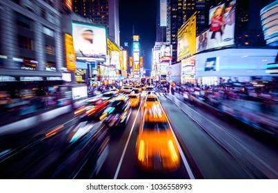 Time Square - New York in Bewegung. Schuss von Autos in Bewegung mit Bewegungsunschärfe.