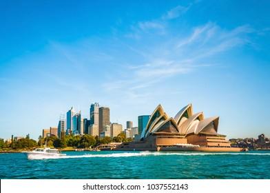 Die Stadtskyline von Sydney, Australien. Rundkai und Opernhaus. touristische Punkte, Reisefoto, sonniger Tag
