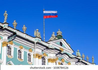 Die Nationalflagge der Russischen Föderation auf dem Dach eines alten Gebäudes
