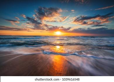 Sonnenaufgang über dem Meer und wunderschöne Wolkenlandschaft.