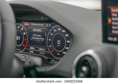現代の車のスピードメーターとトランスミッション輸送のダッシュボード
