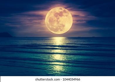 Supermond. Bunter Himmel mit Wolke und hellem Vollmond über Seelandschaft am Abend. Serenity Naturhintergrund, im Freien bei Nacht. Kreuzprozess. Der Mond mit meiner eigenen Kamera aufgenommen.