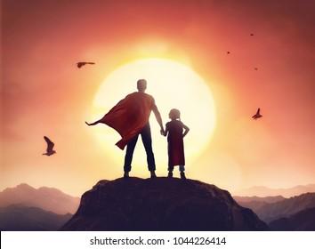 Gelukkig liefdevolle familie. Vader en zijn dochter buiten spelen. Papa en zijn dochtertje in de kostuums van een superheld.