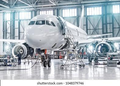 Passagierflugzeuge zur Wartung der Triebwerks- und Rumpfreparatur im Flughafenhangar