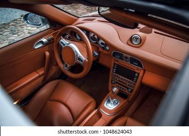 Supercar interieur, zicht door schuifdak