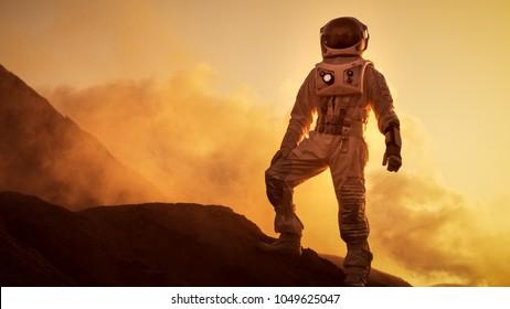 Silhouette des Astronauten, der auf dem felsigen Berg des außerirdischen roten Planeten / Mars steht. Erste bemannte Mission auf dem Mars. Weltraumforschung, Kolonisation.