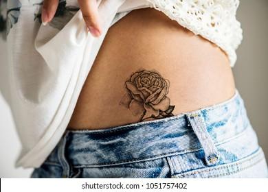 女性の下腰のタトゥーのクローズアップ