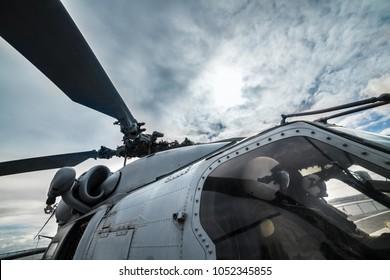 Pilotos militares de helicópteros listos para despegar para la misión y volar.