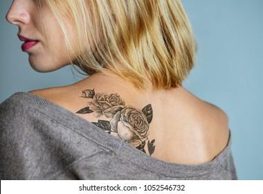 女性の背中のタトゥー