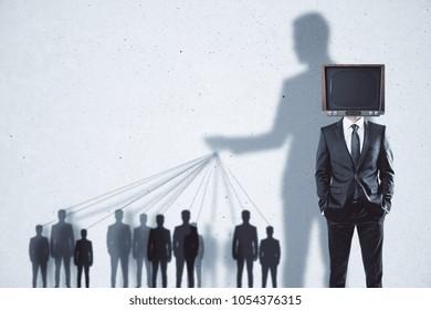 Fondo abstracto de manipulación y lavado de cerebro de TV con personas y sombras