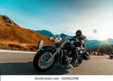 Conductor de motocicleta montando crucero japonés de alta potencia en la autopista alpina en la famosa Hochalpenstrasse, Austria, Europa central.