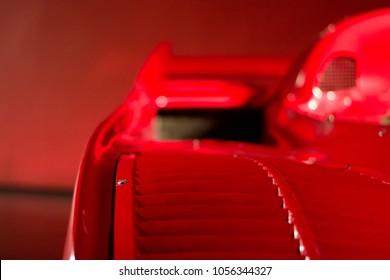 赤い背景にフェラーリの赤いスーパーカーのインテリアに焦点を当てる