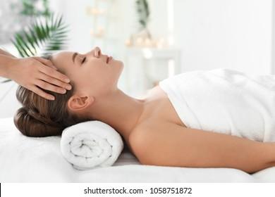 Joven disfrutando de un masaje en el salón de spa