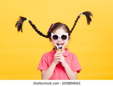 niña sonriente comiendo un helado