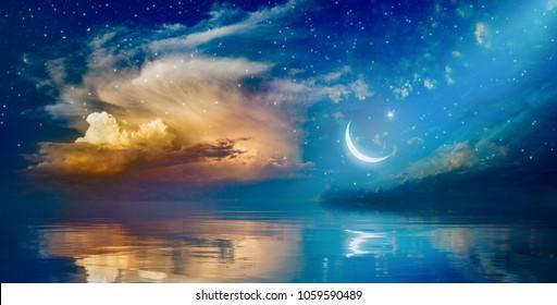 Fondo de Ramadán Kareem con media luna, estrellas y nubes brillantes sobre el mar sereno. Elementos de esta imagen proporcionada por la NASA