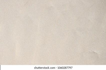 Glatte weiße Sandstrandbeschaffenheit. Tropischer Strandfotohintergrund. Exotische Insel Sandstrand Textur. Weiche Sandoberfläche. Urlaub Banner Vorlage. Idyllischer Urlaub am Meer. Meer und Küste