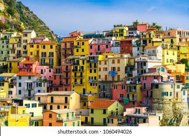 Casas coloridas en la aldea de Manarola, Cinque Terre Coast de Italia. Manarola es una hermosa ciudad pequeña en la provincia de La Spezia, Liguria, al norte de Italia y una de las cinco atracciones de Cinque terre.