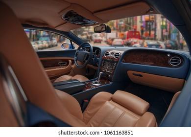 Interior de superdeportivo lujoso y caro con asientos de cuero y panel de madera