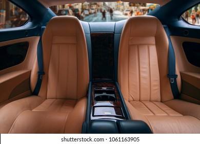 Coche de lujo limusina de clase ejecutiva, cómodos asientos traseros