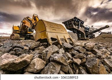 Excavadora y maquinaria en una mina al aire libre