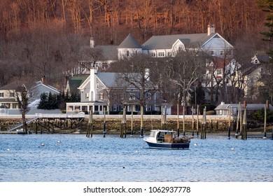 住宅とコールドスプリングハーバー、米国の湖でのボート。