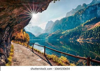 Soleado otoño escena del lago Vorderer (Gosausee). Opinión colorida de las montañas austríacas, Alta Austria, Europa de la mañana. Belleza del fondo del concepto de naturaleza.