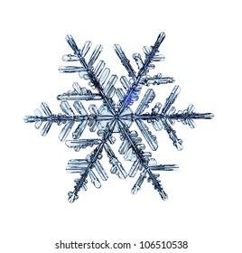 白い背景に分離された自然のクリスマススノーフレーク