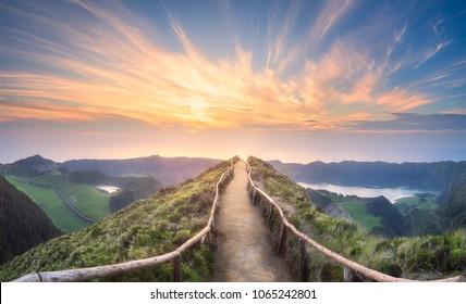 Berglandschaft mit Wanderweg und Blick auf schöne Seen Ponta Delgada, Insel Sao Miguel, Azoren, Portugal.