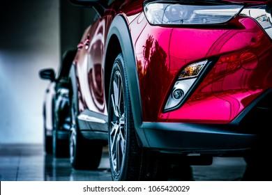 Nieuwe compacte luxe SUV auto geparkeerd in moderne showroom te koop. Autodealerkantoor. Auto winkel. Elektrische autotechnologie en bedrijfsconcept. Automobiel verhuur concept.