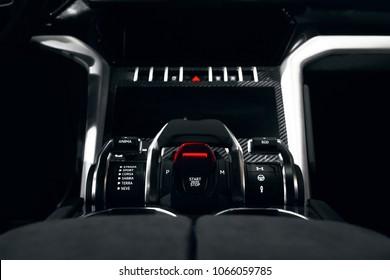 暗い車内のスタートボタンとストップボタン