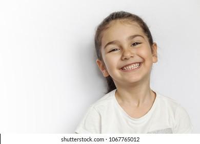 Retrato de niña feliz niño sonriente aislado sobre fondo blanco.