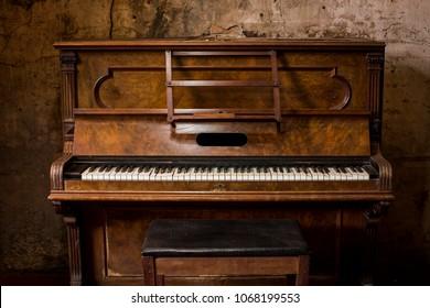 正面から見た木製楽器の古い木製ピアノの鍵盤