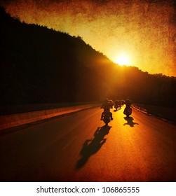 Motorradfahrt, Motorradfahrer, große Gruppe von Bikern auf der Sommerparade, Bewegung auf der Sunset Street, Sommerreise, Roadtrip, Freiheitslebensstil