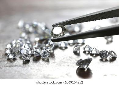 Diamante de talla brillante sostenido por pinzas