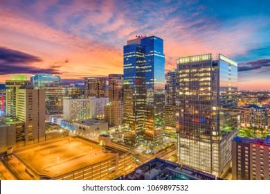 Phoenix, Arizona, EE.UU. paisaje urbano en el centro de la ciudad al atardecer.