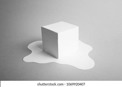 Libro blanco cubo de hielo derritiendo concepto mínimo