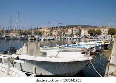 Barcos de lujo en el puerto de Saint Tropez en Francia